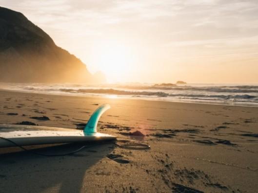 Tavola da surf sulla spiaggia http://it.freepik.com/foto-vettori-gratuito/surf